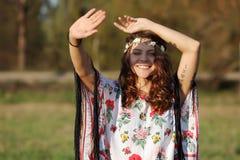 Das junge Mädchen mit einer Tiara auf ihren verschlossenen Haupthänden von der Sonne draußen Lizenzfreies Stockbild