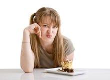 Das junge Mädchen mit einer Torte lizenzfreie stockbilder