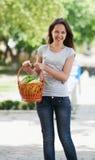 Das junge Mädchen mit Produkten Lizenzfreie Stockbilder