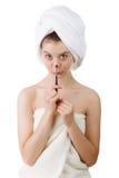 Das junge Mädchen nach einer Dusche in den Tüchern und mit Bürsten für ein Make-up Stockbild
