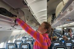 Das junge Mädchen setzte ihr Handgepäck Lizenzfreies Stockfoto