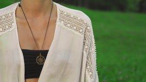 Das junge Mädchen tut Yoga auf Natur stock video footage