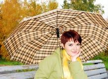 Das junge Mädchen unter einem Regenschirm. stockfoto