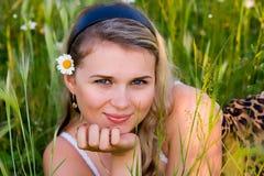 Das junge Mädchen mit einer Kamille Lizenzfreies Stockbild