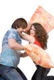 Das junge Paar kämpft Kissen Stockfoto
