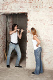 Das junge Paar repariert in der Ebene Stockfoto