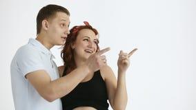 Das junge Paar unterstreicht dort Es gibt einen Platz für Ihren Text stock video footage
