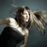 Das junge schöne Mädchen im schwarzen Kleid Lizenzfreie Stockfotografie