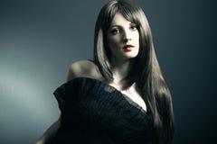 Das junge schöne Mädchen im schwarzen Kleid Lizenzfreies Stockfoto