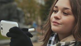 Das junge schöne Mädchen malt ihre Lippen mit hygienischer Herbstzeit des Lippenstifts Abschluss oben stock footage