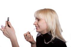 Das junge schöne Mädchen malt Lippen Lizenzfreies Stockfoto