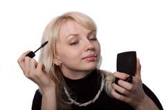 Das junge schöne Mädchen malt Lippen Lizenzfreie Stockfotos