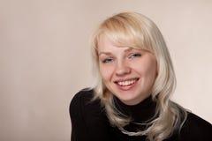 Das junge schöne Mädchen mit einem Lächeln Lizenzfreies Stockbild