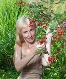 Rote Johannisbeere und Mädchen Stockfotografie