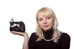 Das junge schöne Mädchen zeigt ein Kosmetikset Lizenzfreie Stockfotos
