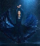 Das junge schöne moderne Tänzertanzen unter Wasser fällt lizenzfreies stockfoto