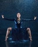 Das junge schöne moderne Tänzertanzen unter Wasser fällt Stockfotos