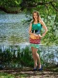 Das junge schlanke nette Mädchen in einem Baumschatten Stockbild