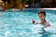 Das Jungenkinderkind acht Jahre alt, Spaß in der Swimmingpoolfreizeitbetätigung habend, greift oben ab Lizenzfreies Stockfoto