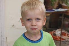 Das Jungenlächeln lizenzfreie stockfotografie