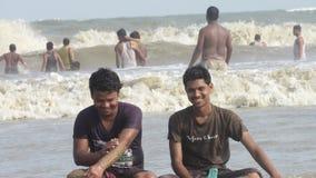 das Jungenmann-Leutegenießen baden die Seestrandwellen, die Schwimmen springen Lizenzfreie Stockbilder