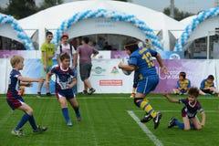 Das Jungenspiel Rugby Lizenzfreie Stockfotos