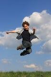 Das Jungenspringen Stockfotos