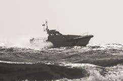 Das Küstenwachepatrouillenboot entlang dem Meer Lizenzfreies Stockfoto