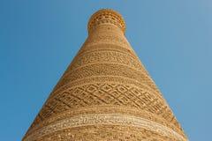 das Kalyan-Minarett auf dem Hintergrund des blauen Himmels Lizenzfreie Stockfotografie