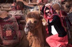 Das Kamel und die Frau in der Wüste Stockfotos