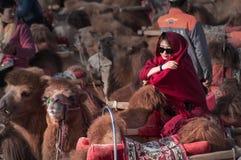 Das Kamel und die Frau in der Wüste Stockbild