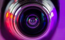 Das Kameraobjektiv und das leicht- Purpur - Rot stockfoto