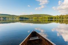 Das Kanu und der See im Park stockfotografie