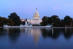 Das Kapitolgebäude Vereinigter Staaten am Abend Stockbilder