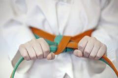 Das Karatekind mit Gurt stockfoto