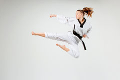 Das Karatemädchen mit schwarzem Gürtel stockfotos