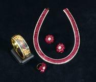 das karminrote Armband, die Halskette, der Ring und die Ohrringe Siams Lizenzfreies Stockfoto