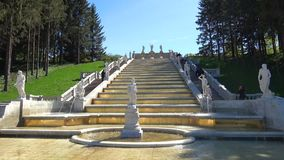 Das Kaskade ` Gold-Berg-`, sonnig Maifeiertag Peterhof stock video footage