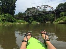 Das Kayak fahren findet an der alten Flussbrücke ein Ende Lizenzfreies Stockfoto