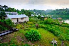 Das khao laem Rückhaltebecken und das Montag-Flüchtlingsdorf Sangkhaburi-Dorf Stockfotografie