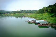 Das khao laem Rückhaltebecken und das Montag-Flüchtlingsdorf Sangkhaburi-Dorf Lizenzfreie Stockfotografie