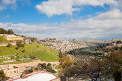 Das Kidrontal in Jerusalem mit Schnee und blauem Himmel Lizenzfreies Stockbild