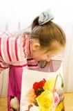 Das Kind öffnet ein Geschenk Lizenzfreies Stockfoto