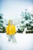 Das Kind auf Schnee Stockfoto