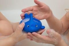 Das Kind badet im Badezimmer mit Schaum Lizenzfreies Stockfoto