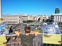 Das Kind betrachtet aus der Aussichtsplattform heraus Khreshchatyk lizenzfreies stockbild