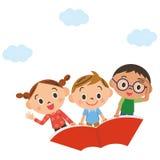 Das Kind, das in den Himmel auf einem Buch fliegt Lizenzfreies Stockbild