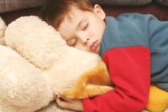 Das Kind, das in der Kleidung schläft Lizenzfreies Stockbild