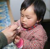 Das Kind, das Medizin einnimmt Stockfotos
