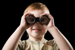Das Kind, das mit Binokeln überwacht. Lizenzfreie Stockfotografie